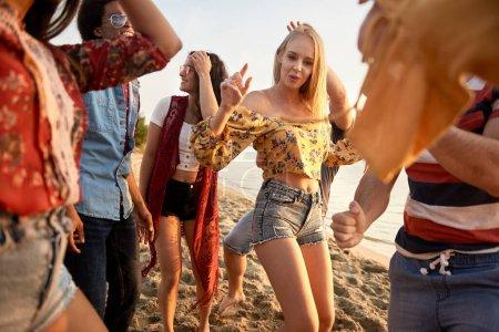 Photo pour Groupe de jeunes dansant au coucher du soleil - image libre de droit