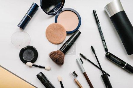 Photo pour Divers produits de maquillage la valeur: brosses, ombres à paupières, mascara, poudre, cosmétiques isolés sur fond blanc - image libre de droit
