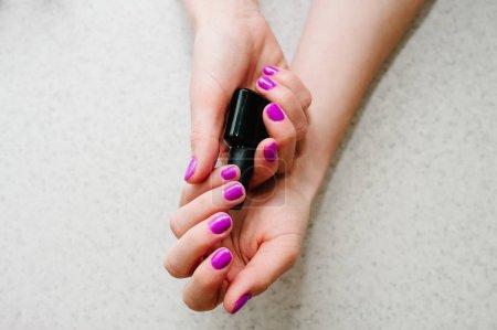 Photo pour Vue rapprochée des mains féminines avec la manucure rose vif - image libre de droit