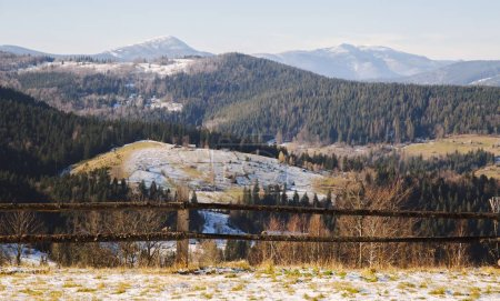 Photo pour Paysage d'hiver du village de Mikulichyn, Carpates - image libre de droit