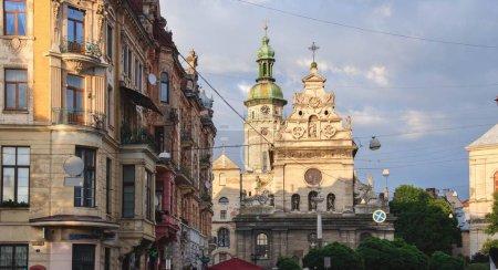 Photo pour Vue de l'architecture de Lviv dans la journée, Ukraine - image libre de droit