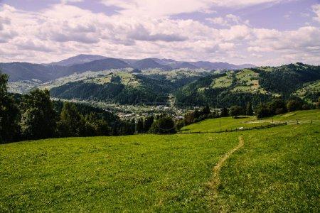 Photo pour Paysage naturel avec montagnes des Carpates, Ukraine - image libre de droit