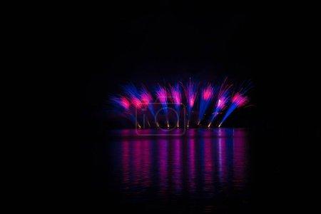 Photo pour Salves de bleu et violet dans fireworks riches sur barrage de Brno avec le reflet du lac - image libre de droit