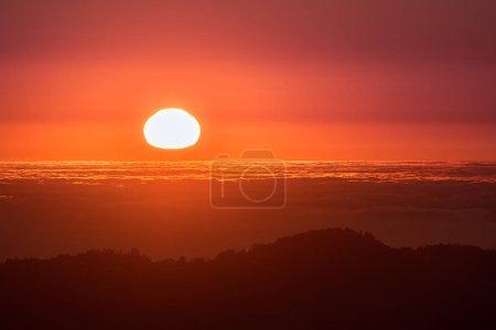 Красный закат над морем