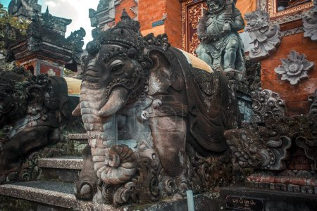 Photo pour Statue d'éléphant de Bali avec le gardien en haut près des escaliers - image libre de droit