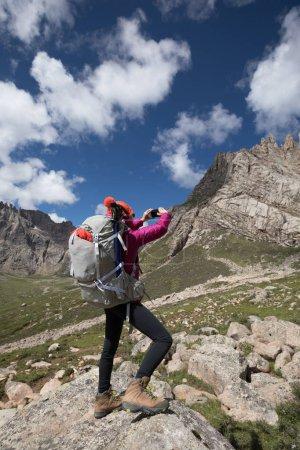 Photo pour Randonneur femme avec sac à dos de randonnée dans les montagnes de haute altitude - image libre de droit