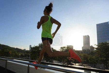 Photo pour Mode de vie sain femme de fitness coureur courir au lever du soleil ville - image libre de droit