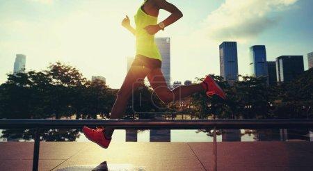 Photo pour Coureur de femme fitness mode de vie sain en cours d'exécution sur la ville de sunrise - image libre de droit