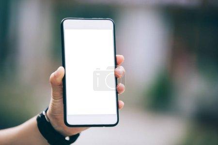 Photo pour Smartphone à main avec blanc dans la ville moderne - image libre de droit