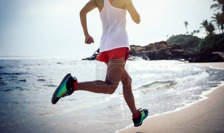 Photo pour Fitness mode de vie sain jeune femme sur la plage tropicale - image libre de droit