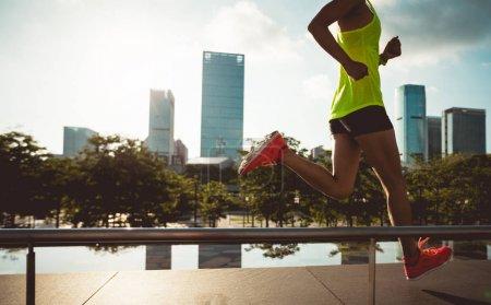 Photo pour Mode de vie sain, femme fitness courant sur la ville lever du soleil - image libre de droit