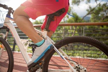 Photo pour Femme cycliste équitation VTT sur le sentier forestier - image libre de droit