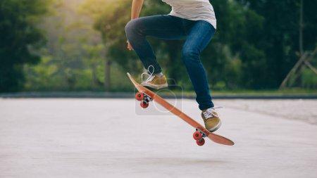Foto de Skateboarder skateboarding por la mañana al aire libre - Imagen libre de derechos