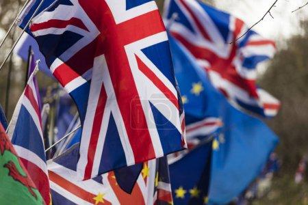 Photo pour Drapeau de l'Union européenne et de la British Union Jack flottant ensemble. Un symbole du référendum Brexit Eu - image libre de droit