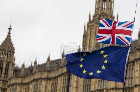 Photo pour Union européenne et Union britannique Jack battent pavillon ensemble. Symbole du référendum européen sur le Brexit - image libre de droit