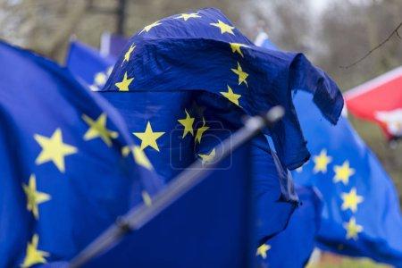 Photo pour Drapeaux de l'Union européenne flottant lors d'une marche du Brexit à Londres - image libre de droit
