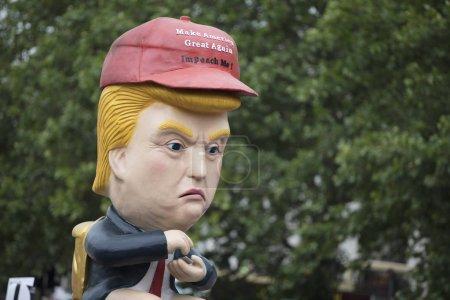Photo pour LONDRES, Royaume-Uni - 4 juin 2019 : Une sculpture satirique politique de Donald Trump réalisée lors d'une marche anti-Trump à Londres - image libre de droit