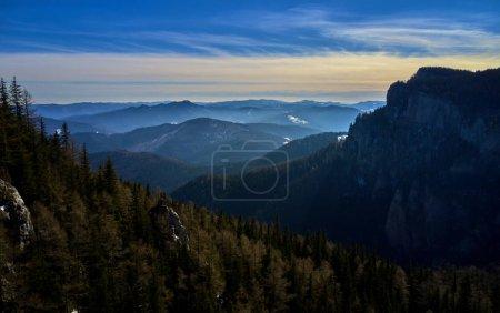 Photo pour Vue aérienne de paysage du parc National des monts Ceahlau au lever du soleil en hiver - image libre de droit