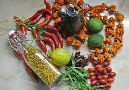 Photo pour Vue de dessus des fruits et légumes crus sur fond de marbre - image libre de droit