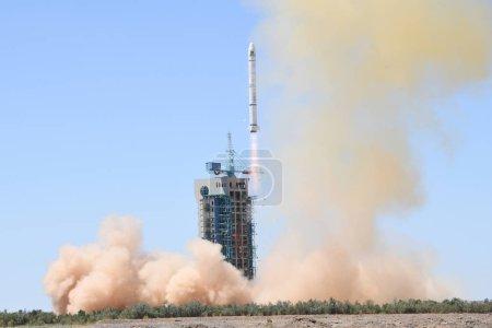 Photo pour Une fusée Long March-2c transportant deux satellites, Pakistan Remote Sensing Satellite-1 (Prss-1) et Pakistan Technology Evaluation Satellite-1a (Paktes-1a), décolle de la rampe de lancement du centre de lancement de satellites de Jiuquan, près de la ville de Jiuquan, au nord de - image libre de droit