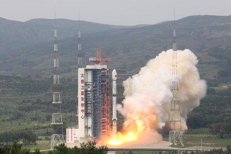 Photo pour Une longue marche 4 b (Cz-4 b) fusée transportant le satellite de télédétection remote optical Gaofen-11 décolle dans le centre de lancement de satellites de Taiyuan dans la ville de Taiyuan, la province du Shanxi du Nord de la Chine, 31 juillet 2018 - image libre de droit