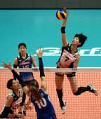 Yuki Ishii, top, of Japan spikes against Cristina Chirichella of Italy in their third round match during the 2018 FIVB Women Volleyball Nations League in Hong Kong, China, 29 May 2018
