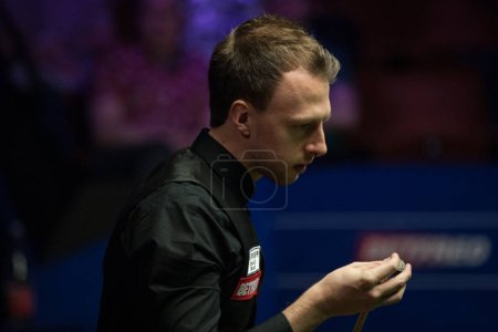 Judd Trump of England chalks