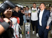 Brazilian football star Ronaldo Luis Nazario de Lima, front second right, commonly known as Ronaldo, is surrounded by a crowd of fans at the Hong Kong International Airport after he landed in Hong Kong, China, 23 May 2017.