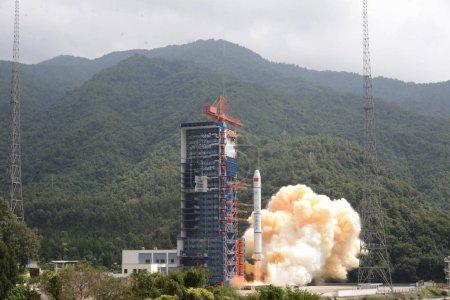 Photo pour Une fusée longue-mars 2C chargée avec les trois satellites de télédétection de la Chine, les satellites yaogan-30 01, se lève au centre de lancement du satellite Xichang près de la ville de Xichang, dans la province du Sichuan, au sud-ouest de la Chine, le 29 septembre 2017 - image libre de droit