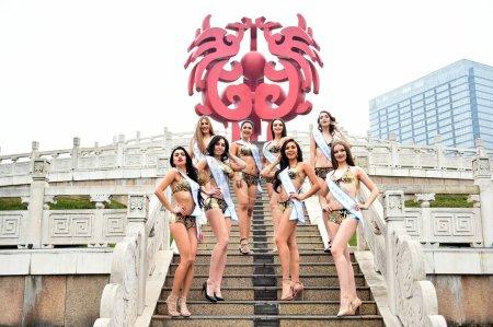 Photo pour Concurrents habillées en bikini prennent part à une séance photo en plein air pour la 53e concours Miss tous les pays, dans la ville de Nanjing, province de Jiangsu du Nord-est de la Chine, 28 janvier 2019 - image libre de droit