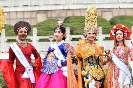 Photo pour Les participants vêtus de costumes traditionnels prennent part à une séance photo en plein air pour la 53e concours Miss tous les pays, dans la ville de Nanjing, province de Jiangsu du Nord-est de la Chine, 28 janvier 2019 - image libre de droit