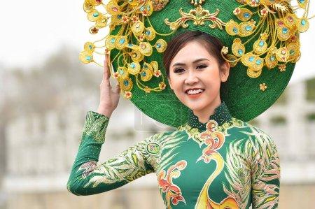 Photo pour Un candidat, vêtu d'un costume traditionnel prend part à une séance photo en plein air pour la 53e concours Miss tous les pays, dans la ville de Nanjing, province de Jiangsu du Nord-est de la Chine, 28 janvier 2019 - image libre de droit