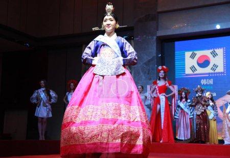 Photo pour Candidats en concurrence au 53e Miss toutes les Nations finale concours monde dans la ville de Nanjing, province de Jiangsu du Nord-est de la Chine, 29 janvier 2019 - image libre de droit