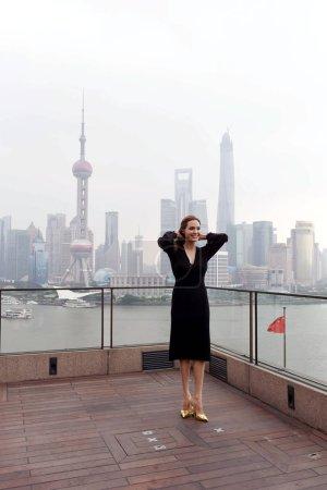 Американская актриса Анджелина Джоли регулирует