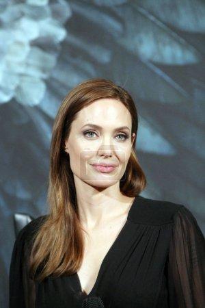 Американская актриса Анджелина Джоли слушает