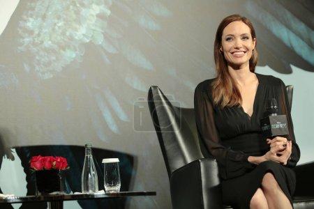 Американская актриса Анджелина Джоли улыбается