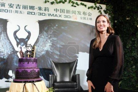 Американская актриса Анджелина Джоли позирует