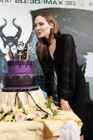 Американская актриса Анджелина Джоли удары
