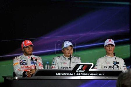 Слева британский гонщик Формулы 1