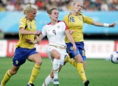 Heather O Reilly of the United States, center, competes with Hanna Marklund, left, and Anna Paulson, right, of Sweden during a Group B match of the 2007 FIFA Womens World Cup in Chengdu, southwest Chinas Sichuan province 14 September 2007. The Untied