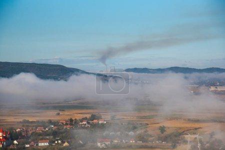 Photo pour Vue sur les montagnes dans le brouillard - image libre de droit