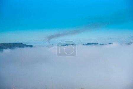 Photo pour Vue aérienne sur les montagnes et le brouillard sur la montagne - image libre de droit