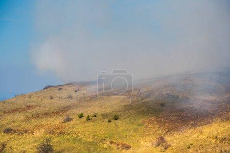 Photo pour Paysage de montagne avec nuages et ciel bleu - image libre de droit