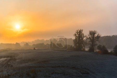 Photo pour Beau lever de soleil dans la campagne au printemps - image libre de droit