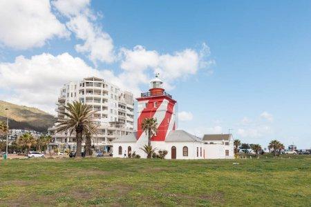 Photo pour CAPE TOWN, AFRIQUE DU SUD, LE 17 AOÛT 2018 : Le phare de Green Point à Mouille Point, au Cap, dans la province du Cap occidental. Bâtiments, personnes et véhicules sont visibles - image libre de droit