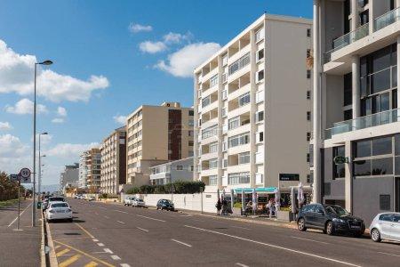 Photo pour CAPE TOWN, AFRIQUE DU SUD, 17 AOÛT 2018 : Scène de rue à Mouille Point au Cap dans la province du Cap occidental. Bâtiments, personnes et véhicules sont visibles - image libre de droit