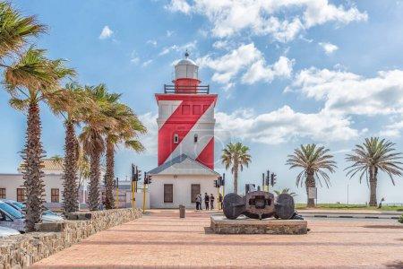 Photo pour CAPE TOWN, AFRIQUE DU SUD, LE 17 AOÛT 2018 : Le phare de Green Point à Mouille Point, au Cap, dans la province du Cap occidental. Un ancrage historique des navires, des personnes et des véhicules sont visibles - image libre de droit