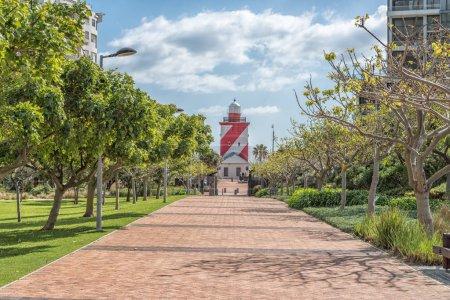 Photo pour CAPE TOWN, AFRIQUE DU SUD, LE 17 AOÛT 2018 : Une passerelle, avec le phare Greenpoint visible, dans le parc Green Point au Cap - image libre de droit