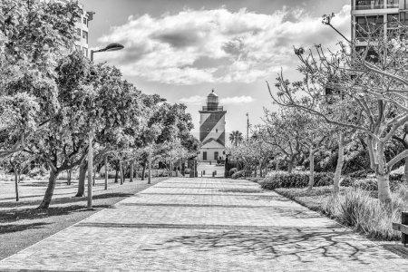 Photo pour CAPE TOWN, AFRIQUE DU SUD, 17 AOÛT 2018 : Une passerelle, avec le phare de Greenpoint visible, dans le parc de Green Point au Cap. Monochrome - image libre de droit