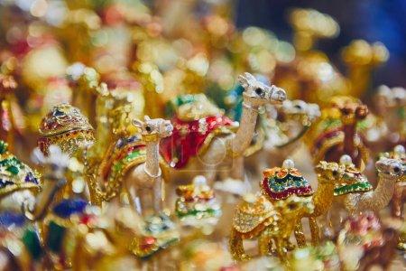 Photo pour Vue rapprochée des souvenirs des chameaux pour la vente au souk à Mascate, Sultanat d'Oman. - image libre de droit